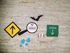 Painel de parede para festa DPA - lupa, pegadas, morcego, placas de sinalização - Design5 festas.