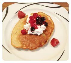 Bananen-Pancakes mit Hüttenkäse und Beeren - lecker Frühstück nach den Workout