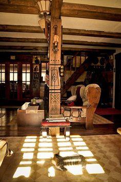 Резной столб-колонна в интерьере комнаты