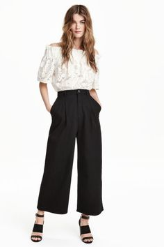 HM Wide-leg, ankle-length pants in stretch twill with a high waist. Pleats at top, side pockets, and one welt back pocket. Office Outfits, Casual Outfits, Fashion Outfits, Wide Leg Trousers, Cropped Pants, Outfits Pantalon Negro, Stylish Shoes For Women, Ankle Length Pants, Office Looks