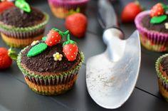 Erdbeer-Schokoladen-Cupcakes mit Garten-Dekoration   Bookatable Blog