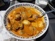 Caldereta de pescado Fish Stew, Rigatoni, Goulash, Spanish Food, Fish And Seafood, I Foods, Punch Bowls, Thai Red Curry, Soup