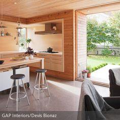 Die Holzküche mit Lederelementen überzeugen in einem hellen zeitlosen Stil. Der natürliche Look des Holzes wird durch die Lederelemente aufgewertet und  …