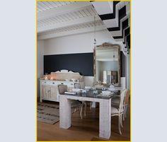 Il tavolo Metal di Paola Navone per Gervasoni, con la base  in abete  massiccio spazzolato e il piano  in lamiera di ferro. Si accosta perfettamente alle sedie e alla madia, pezzi rivisitati da Cecili