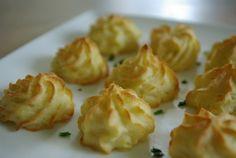 Van een klassieke aardappelpuree maak je in een handomdraai gezellige aardappeltoefjes voor een feestelijke maaltijd. Ook dat is een klassieker. 500 gram gekookte aardappelen 50 gram boter 1 losgeklopt ei