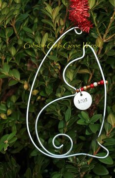 Cat Holiday Ornament – Christmas gift for the Cat Lover – Personalized Cat Stocking Stuffer – Personalized Pet Ornament Your home decorating is not complete until you add a personalized cat ornament. Hand formed from aluminum wire, this cat ornament comes Wire Ornaments, Holiday Ornaments, Holiday Crafts, Christmas Crafts, Wire Crafts, Jewelry Crafts, Christmas Gifts For Pet Lovers, Beads And Wire, Wire Art