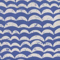 """""""Heavy Wave"""" von KOKKA ist ein robuster Baumwoll-Canvas mit maritimen Wellenmustern in cremeweiss und blau. Bunt, Print Patterns, Quilts, Blanket, Printed Cotton, Wave Pattern, Nice Asses, Ideas, Woman"""