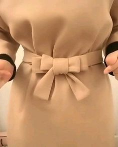 Tie a ribbon fun craft Ideas Clothing hacks videos Craft fun ribbon Tie Ways To Wear A Scarf, How To Wear Scarves, Diy Fashion Hacks, Fashion Tips, 70s Fashion, Fashion Quotes, Petite Fashion, Fashion Black, Fashion Vintage