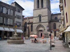 Limoges: Église Saint-Michel-des-Lions et place Saint-Michel avec fontaine, lampadaires, terrasse de café, boutiques et maisons
