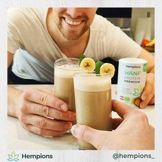 Mit wem würdest du diesen Protein Bananen Shake am liebsten teilen? 🤤 So einfach ist der Shake gezaubert: Eine reife Bananen, zwei gehäufte Esslöffel Hanf Protein Premium mit 400 ml Wasser oder Pflanzenmilch in einen Blender geben und einmal kräftig mixen. Reicht für 2 Portionen. Viel Spaß beim Ausporbieren ✌️😄 Cantaloupe, Fruit, Food, Hemp Seeds, Healthy Lifestyle, Complete Nutrition, Food Portions, Water, Essen