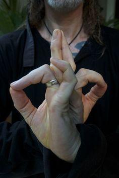 Abhaya Hridaya Mudra is a yoga mudra or hand gesture that connects you with your heart and helps to eliminate all your fear and makes you and your heart brave. Chakra Meditation, Kundalini Yoga, Pranayama, Chakra Healing, Chakras, Tai Chi, Hand Mudras, Yoga Nidra, Solar Plexus Chakra