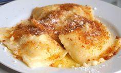 Máte rádi sladké hlavní jídla? Plněné taštičky posypané perníkem, máslem a cukrem.