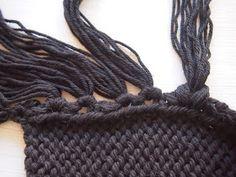 http://omakoppa.blogspot.fi/2015/03/musta-kaulahuivi-rullaantuvatreunat.html Halusin tehdä tähän huiviin piiiitkät hapsu...