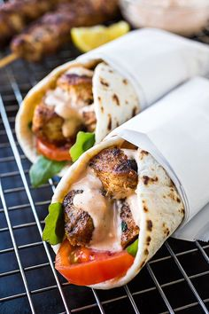 Grilled Lemon Chicken Flatbread Wraps~ The spicy Garlic Sauce is the Perfect complement to the lemon garlic chicken! Yummy looks delish Grilled Lemon Chicken, Garlic Chicken, Boneless Chicken, Chicken Marinate, Chicken Flatbread, Chicken Gyros, Chicken Pita, Chicken Souvlaki, Breaded Chicken