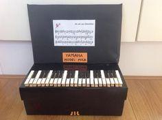 Bekijk de foto van Nadine205 met als titel Piano surprise. Schoenendoos zwart bekleden, toetsen van geverfde knijpers. Cadeautje in de doos!  en andere inspirerende plaatjes op Welke.nl.