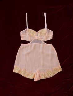 Raro Cutout Lencería Onesie / Silk Cut Out Sides Danielle Colby, Vintage Wardrobe, Vintage Outfits, Vintage Clothing, Lingerie Vintage, Satin Shorts, Hooded Dress, Lingerie Outfits, Bralette Tops
