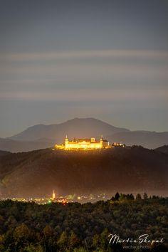 Mein Bild ist im Herbst entstanden, während einer Vollmondnacht, im Vordergrund die Kremser Weinberge, die Further Kirche schräg unterhalb des Stifts, auf der anderen Seite des Donautals, direkt hinter der Göttweiger mit dem Stift und dann, als wäre nichts dazwischen, die Silhouette des nächtlichen Schneebergs, darüber fließen die Wolken dahin.  #stiftgöttweig #göttweigabbey #abbey #abtei #stift #kloster #schneeberg #landscape #vineawachau #visitniederoesterreich #visitaustria Kirchen, Land Scape, Silhouette, River, Celestial, Sunset, Outdoor, Full Moon Night, Wine Vineyards