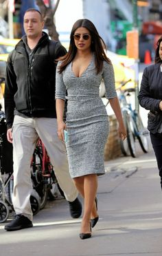 Priyanka Chopra Super Sexy Cleavage Show On The Sets of 'Quantico' in New York The Ellen Show, Indian Bollywood Actress, Indian Actresses, Priyanka Chopra Hot, Hollywood Fashion, Indian Celebrities, Modern Outfits, Indian Beauty, Indian Makeup
