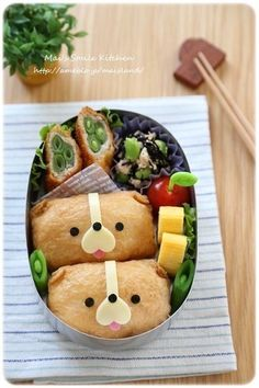 Inarizushi dog bento (made from inarizushi, cheese, and nori) Japanese Bento Box, Japanese Food Art, Japanese Dishes, Bento Box Lunch For Kids, Cute Bento Boxes, Bento Kids, Bento Food, Kawaii Bento, Kawaii Cooking