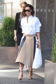 Victoria Beckham wearing Manolo Blahnik Chaos Sandals in Black, Victoria Beckham D-Frame Acetate Sunglasses, Victoria Beckham Spring 2017 Skirt and Tiffany & Co. T Hinged Wrap Bracelet in Gold Style Année 20, Mode Style, Business Chic, Business Outfit, Spice Girls, Office Fashion, Work Fashion, Style Fashion, Lux Fashion