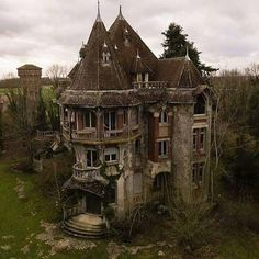 My favorite house Abandoned Buildings, Abandoned Places, Paranormal, Sims, Spooky Places, Haunted Places, Spooky House, Goth Home Decor, Gothic House