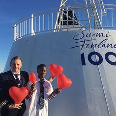 M/s Finlandian risteilyisäntä Simopekka ja TET-harjoittelijamme Ronnie toivottavat yhdessä koko Eckerö Linen väen kanssa hyvää ystävänpäivää! Sydän sykkii asiakkaillemme - tavataan taas laivalla. #eckeröline #eckeröfamily #ystävänpäivä #valentineday #msfinlandia #ystävyys #kiitos