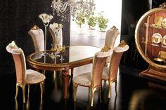 déco salle à manger en noir, chaises en bois doré et table assortie