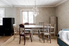 Vanhat huonekalut ja kaunis tapetti ruokailutilan sisustuksessa