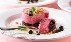 Receita de semi-frio de frutos vermelhos fácil de preparar e deliciosa.Rica em anti-oxidantes, esta sobremesa irá fazer as delícias dos seus convidados.