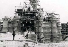 Construcción de Castillo Mágico de Disneyland, 1954. El parque fue inaugurado el 17 de julio de 1955 para la prensa e invitados especiales y al día siguiente se abrió para el público en general. A pesar de que algunos ejecutivos de otros parques de atracciones opinaron que Disneyland sería un fracaso, en su primera semana registró una asistencia de más de 160 000 personas.