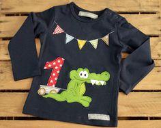 Ein tolles Geschenk zum Geburtstag für Kinder.  Liebevoll und aufwendig gestaltetes Langarmshirt mit einem kleinem süssen Krokodil Schnappi in weiss, dunkelblau oder hellgrau. Die aufwändig...