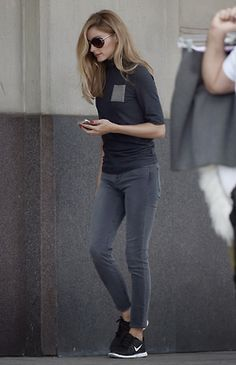 Olivia Palermo casual street style with skinny jeans and Nike sneakers Fashion Mode, Look Fashion, Autumn Fashion, Womens Fashion, Fashion Finder, Jeans Fashion, Grey Fashion, Street Fashion, Fashion News