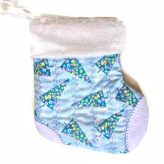 This cute mini stocking gives an extra something to all those little season gifts: fill it with holiday treats or small items, a gift card and you're ready to go! It comes in its own drawstring cotton bag so you don't even have to wrap it!!  Ideal for decoration in the nursery - even the crib!