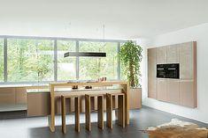 Küchenausstellung von Elbau – Inforama Showroom Table, Showroom, Furniture, Home Decor, Custom Kitchens, Kitchen Inspiration, Kitchen Contemporary, House, Ideas
