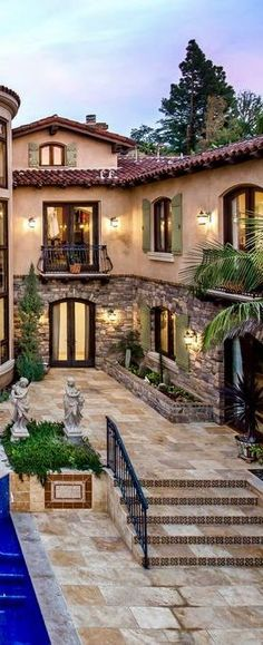 48 Elegant Tuscan Home Decor Ideas You Will Love - Baustil Tuscan Style Homes, Spanish Style Homes, Tuscan House, Spanish House, Country Style Homes, Mediterranean Homes Exterior, Mediterranean Home Decor, Mediterranean Architecture, Tuscan Design