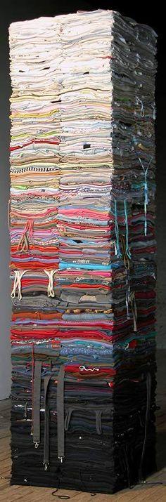 Textiel sculptuur - Derick Melander. Een interessante stapelvorm, omwille van de originele materiaal keuze en de kleurschakeringen.