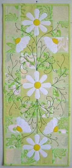 daisy applique with free-motion quilting leaves Applique Patterns, Applique Quilts, Quilt Patterns, Table Runner And Placemats, Quilted Table Runners, Small Quilts, Mini Quilts, Quilting Projects, Quilting Designs