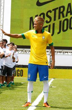 Retrô: Neymar mostra nova camisa da seleção brasileira | Chic - Gloria Kalil: Moda, Beleza, Cultura e Comportamento