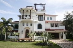 Rooftop Pergola Idea Feats Beautiful Architectural Design With White Exterior Wall Paint Plus Mediterranean Palm Garden