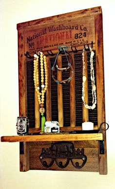 Vintage washboard with shelf and hooks. Awesome repurposed antiques made by Reclaim Your Space. If you want one check the Etsy store or just shoot me a message! Small Projects Ideas, Diy Projects, Vintage Decor, Rustic Decor, Salvaged Decor, Vintage Stuff, Washboard Decor, Diy Home, Home Decor