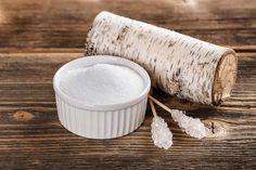 Xylitol – açúcarextraído damadeira É natural, seguro, tem menos de calorias do que o açúcar, e, além disso é benéfico para a saúde. É difícil de acreditar que a doçura pode ir de mãos dadas com tantas vantagens. O xylitol é um álcool de açúcar que pertençe aos poliálcoois. É um pó cristalino, inodoro,com um