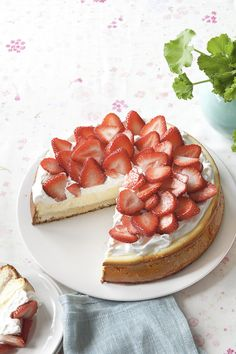 Strawberry Shortcake Cheesecake recipe – Spring is bursting with new life…and with reasons to eat cake!  Make a splash with this strawberry shortcake-based version of the classic cheesecake!  For more stunning dessert ideas, check out www.kraftcanada.c...