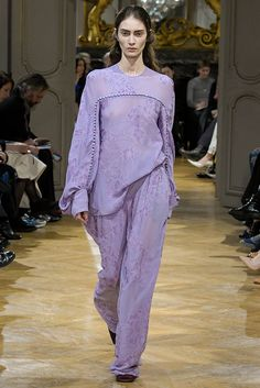 John Galliano Fall 2017 Ready-to-Wear Fashion Show Nice but Galliano? memento : do not cross ionists , we have financial power enogh to keep a fashion brand alive even if we don't sell a single item empowering for whom? John Galliano, Fashion Week, Fashion 2017, Runway Fashion, Fashion Brand, Hollywood Fashion, Hollywood Style, Purple Fashion, Vogue Russia
