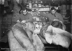 Crean y  el oficial Evans reparando sus sacos de dormir