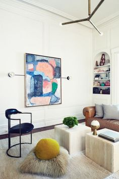 Home of Apparatus' designers Gabriel Hendifar och Jeremy Anderson. Bright and modern living room. Marble, brass and contemporary art.