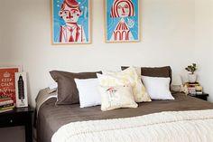 Deco: recorré un depto con diseño sustentable  Sobre la cama, dos serigrafías de Nate Williams.  /Érika Rojas