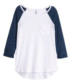 White/blue. Top in jersey with 3/4-length raglan sleeves. Chest pocket, sewn cuffs on sleeves, and rounded hem. Slightly longer at back.