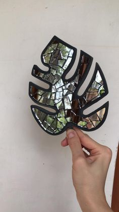 Mosaics monstera - Ideas for beginners. DIY projects for your garden, decor, interior. Mosaic Wall Art, Mirror Mosaic, Mirror Art, Tile Art, Mosaic Glass Art, Glass Wall Art, Mosaic Crafts, Mosaic Projects, Craft Projects