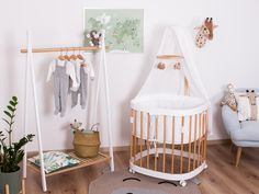 Ein kleiner Dschungel🌴 , in dem unser zeitlos schönes tweeto 7 in 1 Babybett steht.  Welche Farben haben die Zimmer eurer Kleinen❓ Trends, Cribs, Babys, Furniture, Home Decor, Kid Furniture, Ad Home, Deko, Nice Asses