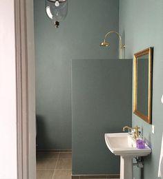 Oval Room Blue 85 at @lykkesholm_slot #mastersuite #bathroom #farrowandball…